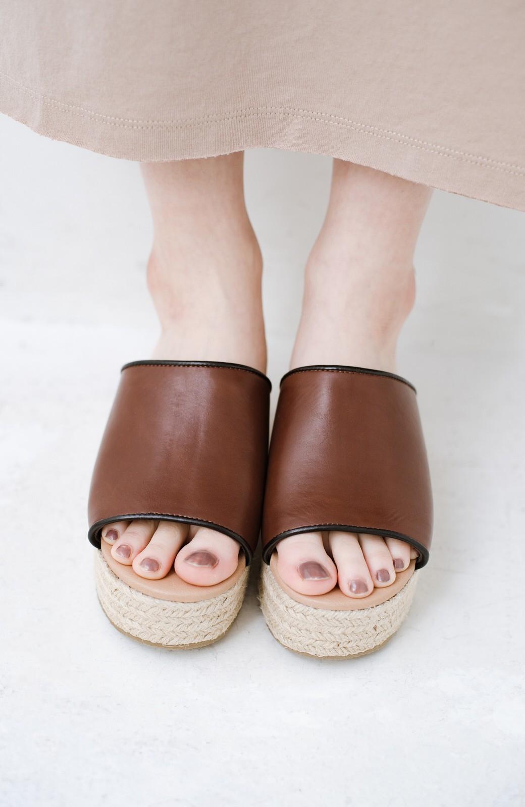 haco! 足を甘やかしながらもすっきり見せたいときに便利な バイカラーのプラットフォームサンダル <ブラウン>の商品写真5