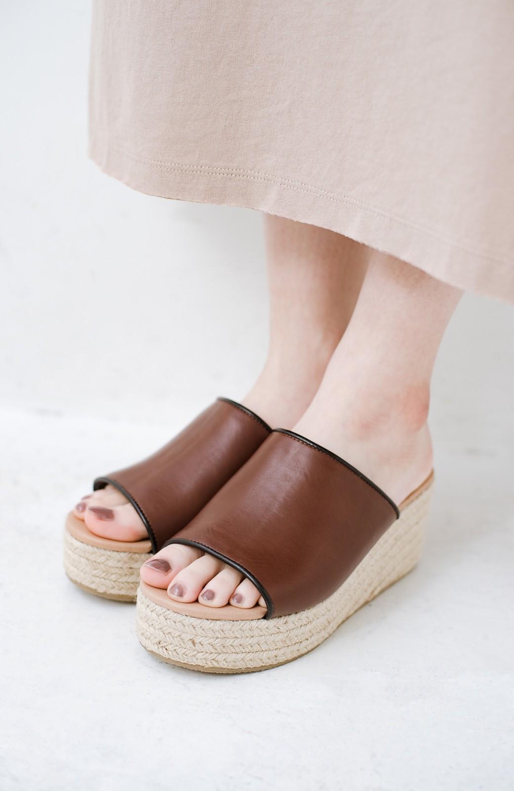 haco! 足を甘やかしながらもすっきり見せたいときに便利な バイカラーのプラットフォームサンダル <ブラウン>の商品写真2