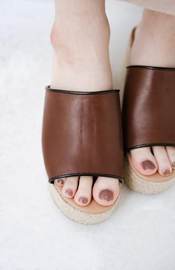 haco! 足を甘やかしながらもすっきり見せたいときに便利な バイカラーのプラットフォームサンダル <ブラウン>の商品写真