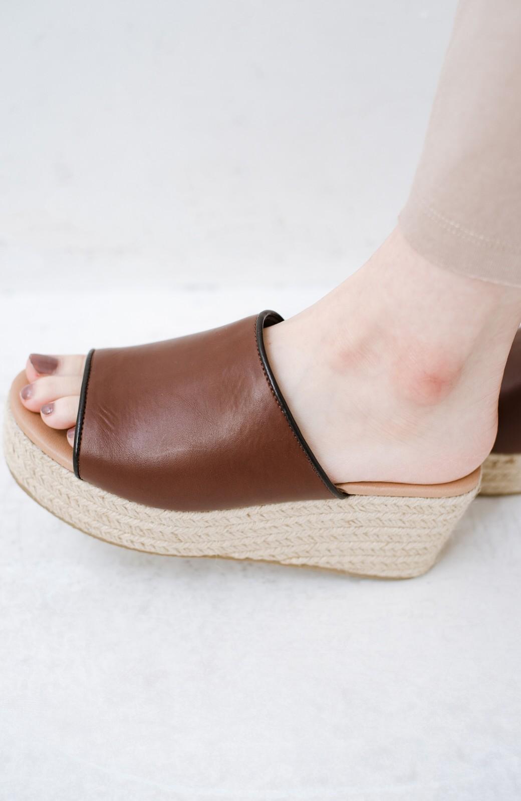 haco! 足を甘やかしながらもすっきり見せたいときに便利な バイカラーのプラットフォームサンダル <ブラウン>の商品写真6