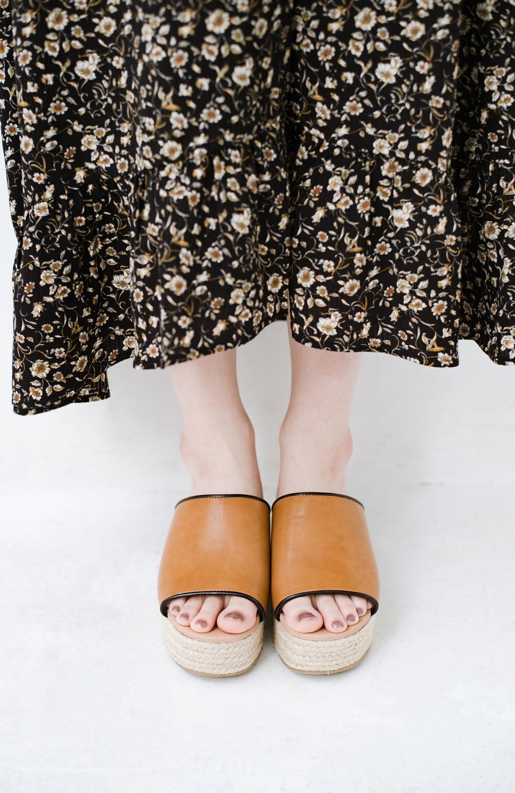 haco! 足を甘やかしながらもすっきり見せたいときに便利な バイカラーのプラットフォームサンダル <キャメル>の商品写真5