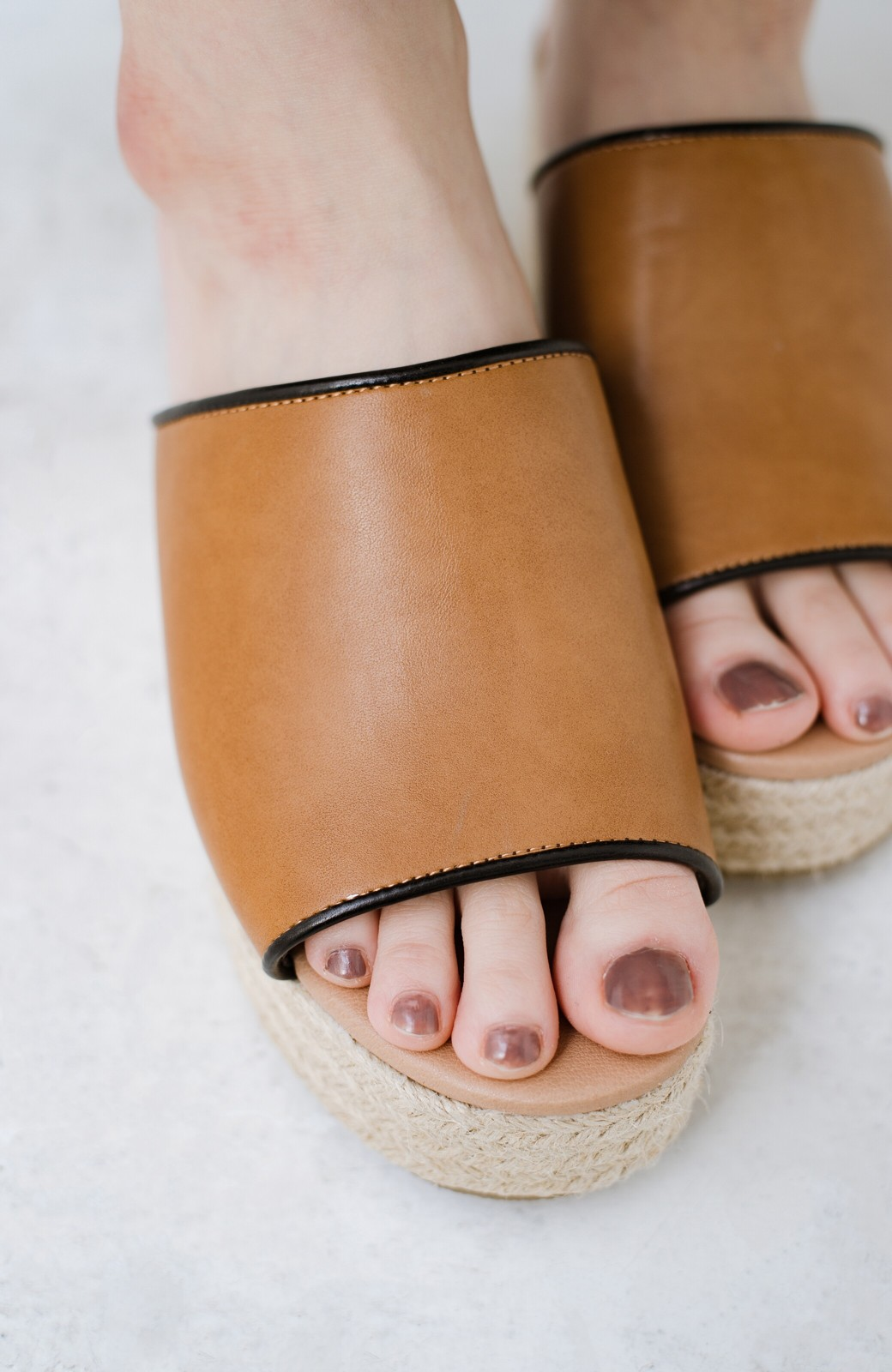 haco! 足を甘やかしながらもすっきり見せたいときに便利な バイカラーのプラットフォームサンダル <キャメル>の商品写真3