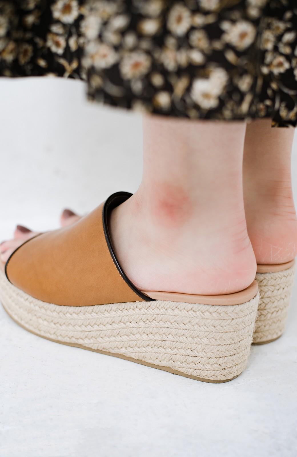 haco! 足を甘やかしながらもすっきり見せたいときに便利な バイカラーのプラットフォームサンダル <キャメル>の商品写真7