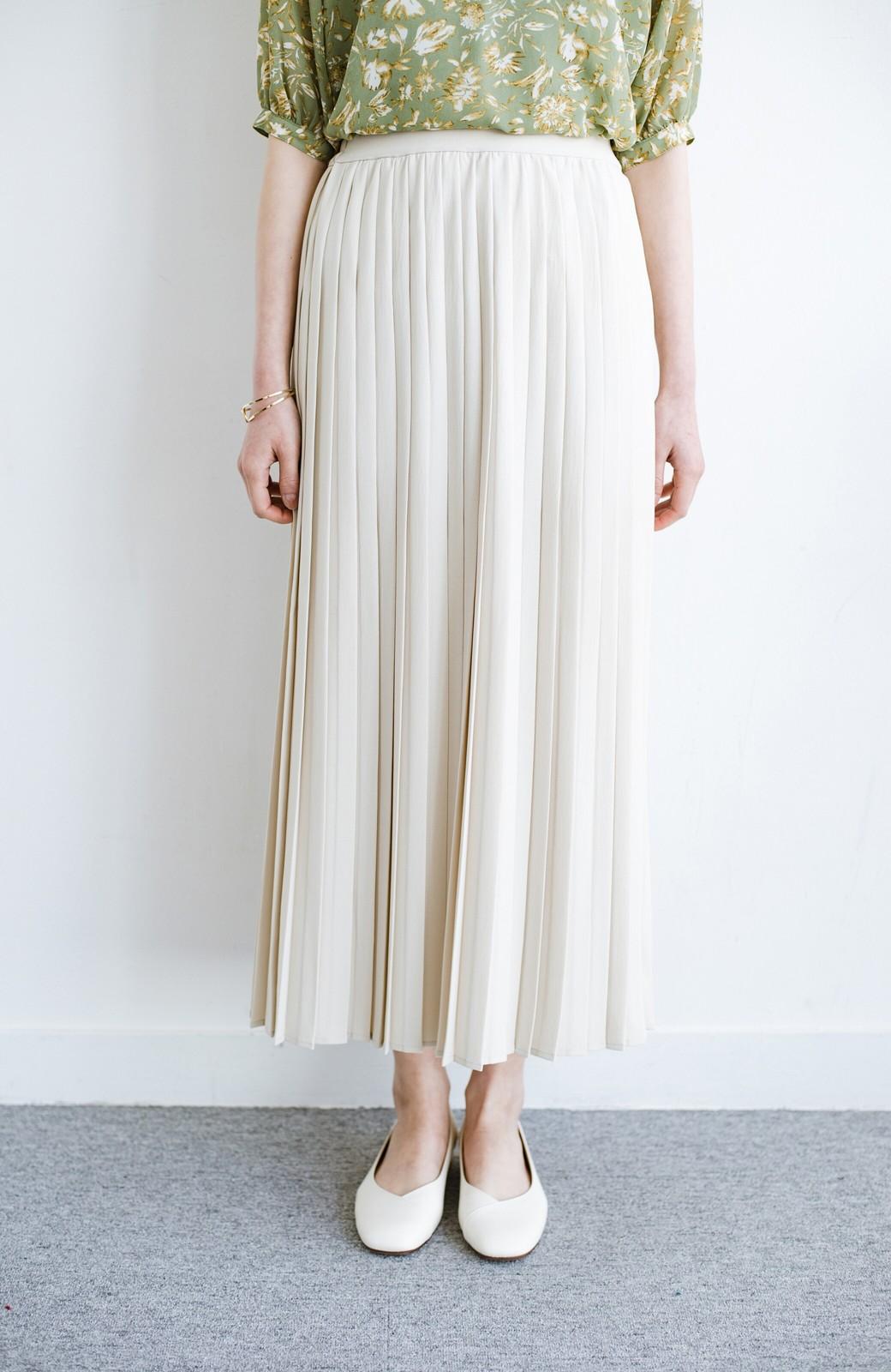 haco! いつものTシャツを合わせるだけで着映えする 何かと便利なプリーツロングスカート <ライトベージュ>の商品写真4