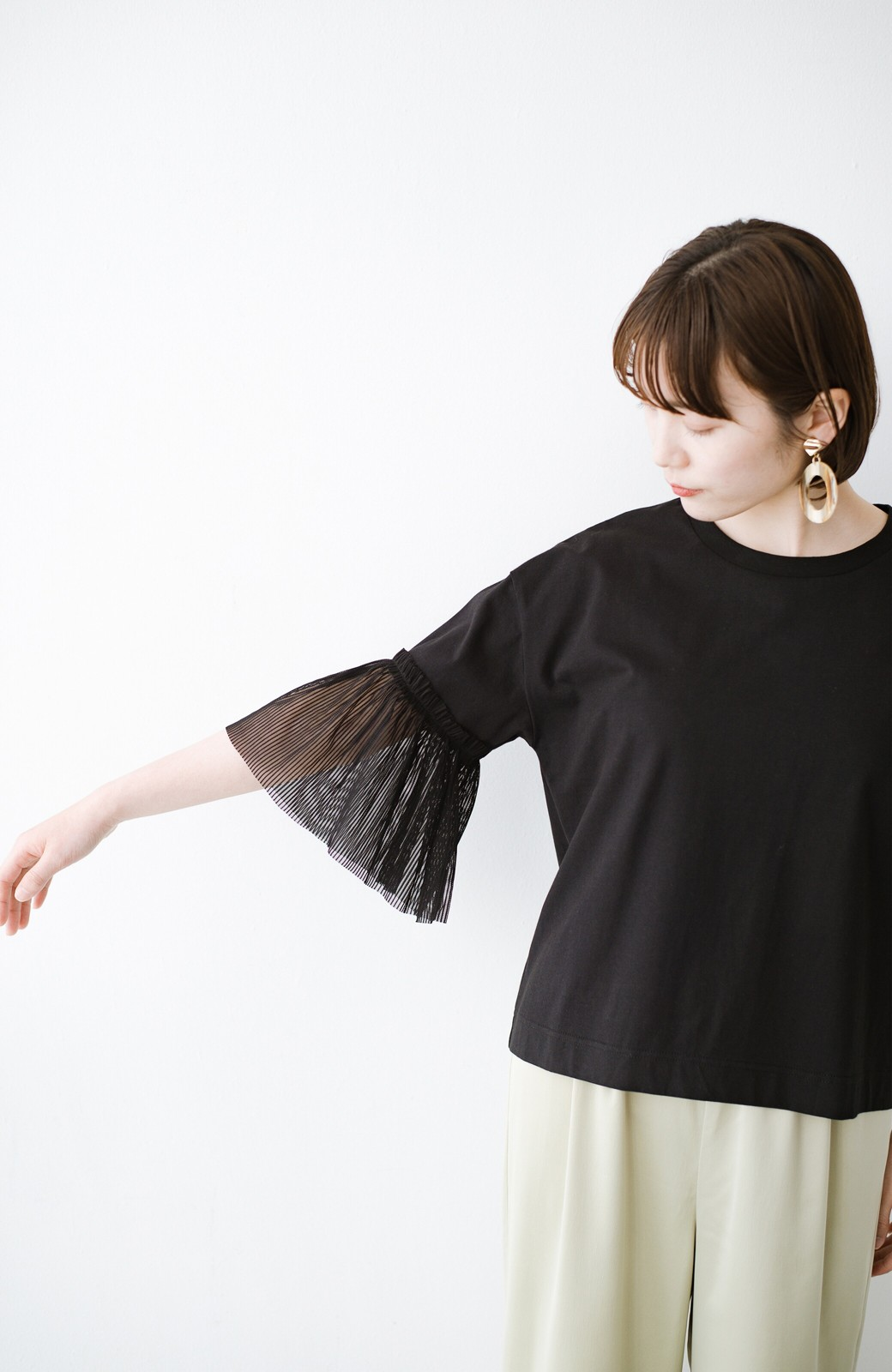 haco! ほんのり透けるストライプ袖が女っぽい 異素材カットソートップス <ブラック>の商品写真2