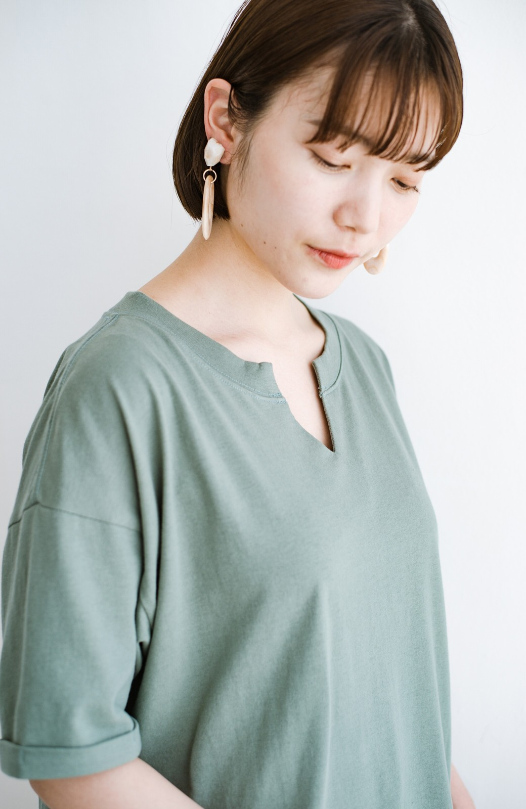 haco! キーネックがさり気なく女っぽい 重ね着にも便利なビッグTシャツワンピース <カーキ>の商品写真4