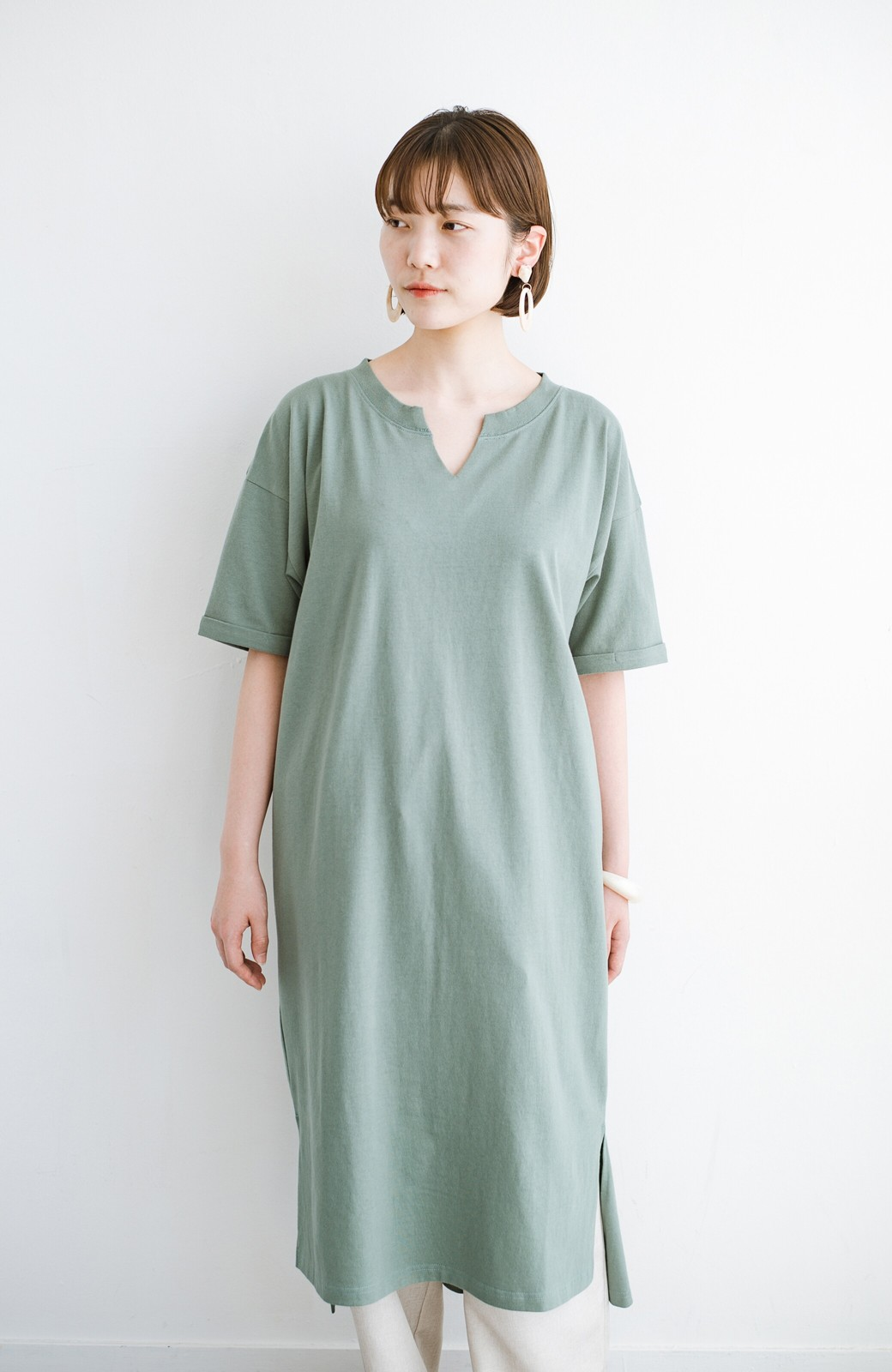 haco! キーネックがさり気なく女っぽい 重ね着にも便利なビッグTシャツワンピース <カーキ>の商品写真14