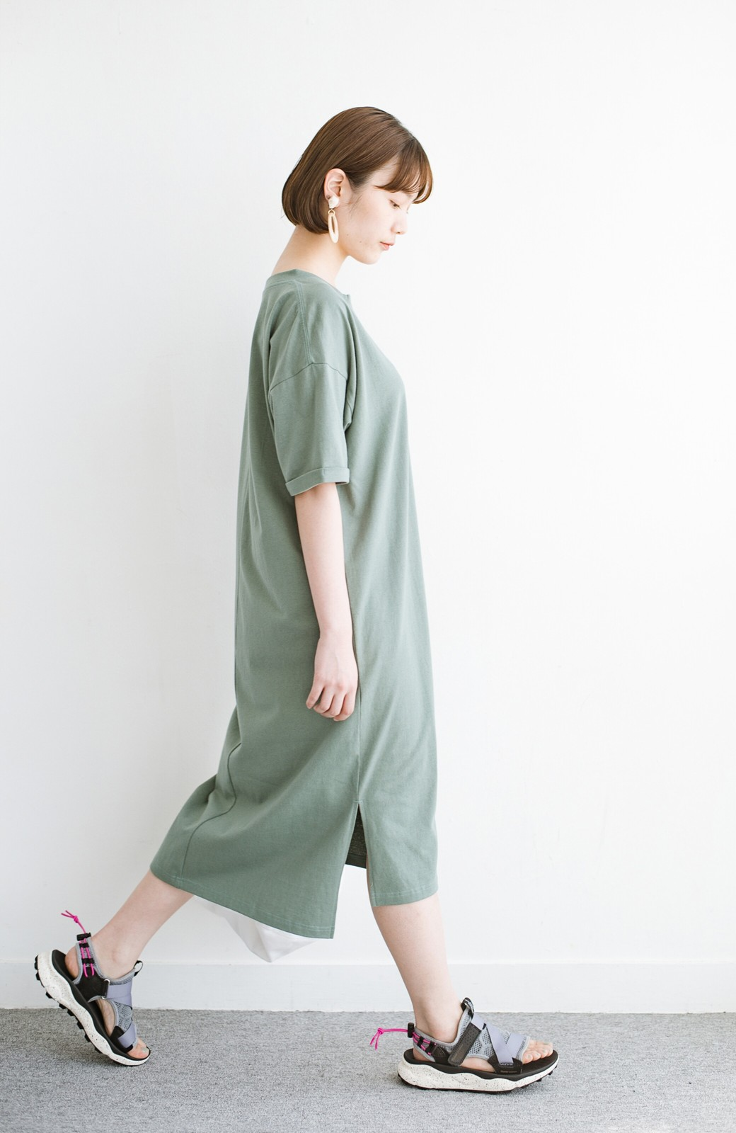 haco! キーネックがさり気なく女っぽい 重ね着にも便利なビッグTシャツワンピース <カーキ>の商品写真10