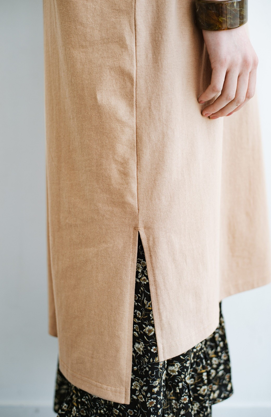 haco! キーネックがさり気なく女っぽい 重ね着にも便利なビッグTシャツワンピース <ベージュ>の商品写真7