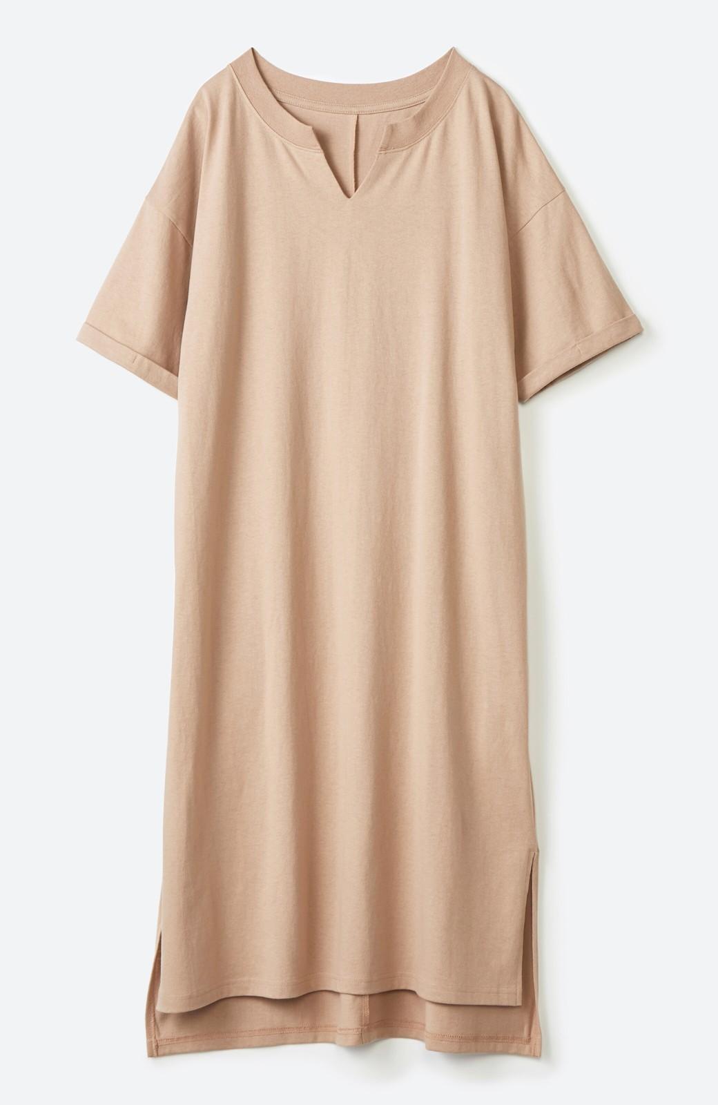 haco! キーネックがさり気なく女っぽい 重ね着にも便利なビッグTシャツワンピース <ベージュ>の商品写真2