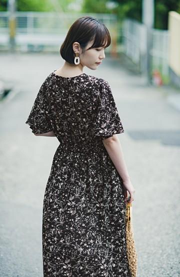 haco! 楽ちんなのにスタイルアップを叶えてくれる フレアー袖がひらりかわいい柄ワンピース <ブラック>の商品写真