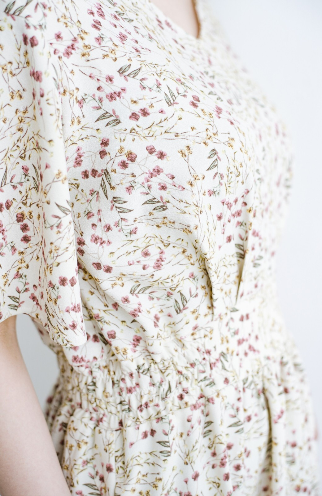 haco! 楽ちんなのにスタイルアップを叶えてくれる フレアー袖がひらりかわいい柄ワンピース <ベージュ>の商品写真8
