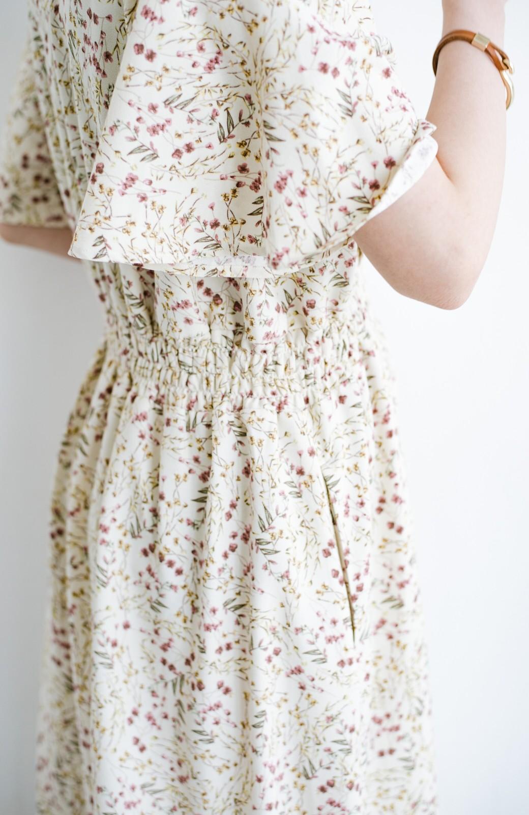 haco! 楽ちんなのにスタイルアップを叶えてくれる フレアー袖がひらりかわいい柄ワンピース <ベージュ>の商品写真9