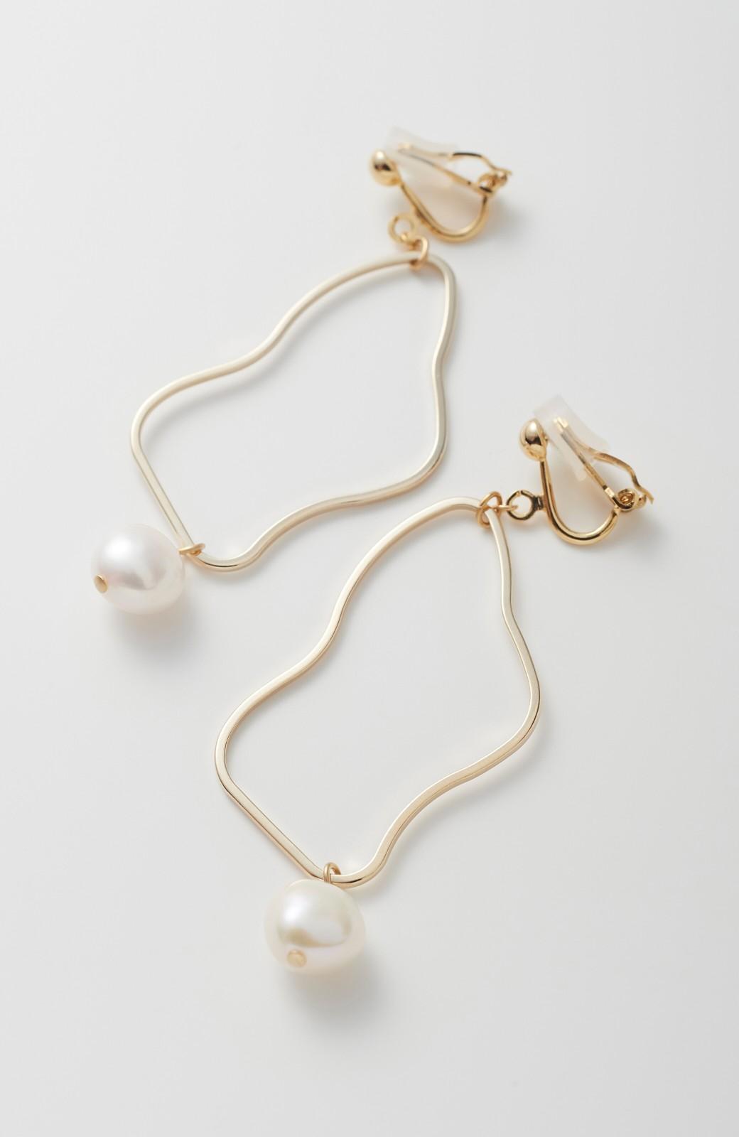 haco! デイリーに使えて便利!ゆるやかな曲線が女っぽいゴールドパーツと淡水パールのイヤアクセ <ゴールド>の商品写真2