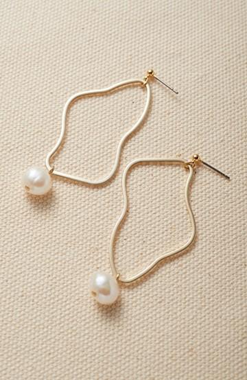 haco! デイリーに使えて便利!ゆるやかな曲線が女っぽいゴールドパーツと淡水パールのイヤアクセ <ゴールド>の商品写真