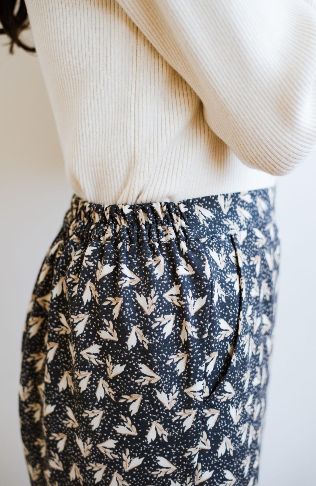 haco! 1枚でも重ね着でもパッと着映えする すっきりシルエットの大人の柄パンツ <ネイビー>の商品写真11