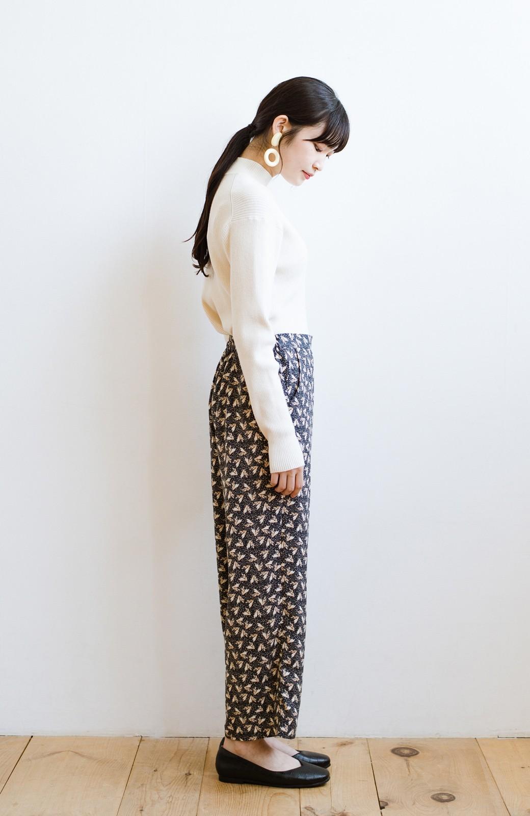 haco! 1枚でも重ね着でもパッと着映えする すっきりシルエットの大人の柄パンツ <ネイビー>の商品写真16