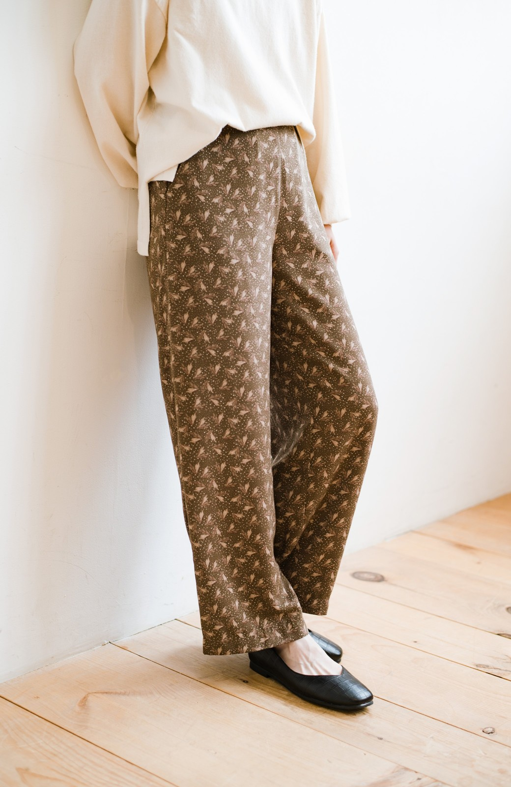 haco! 1枚でも重ね着でもパッと着映えする すっきりシルエットの大人の柄パンツ <ブラウン>の商品写真2