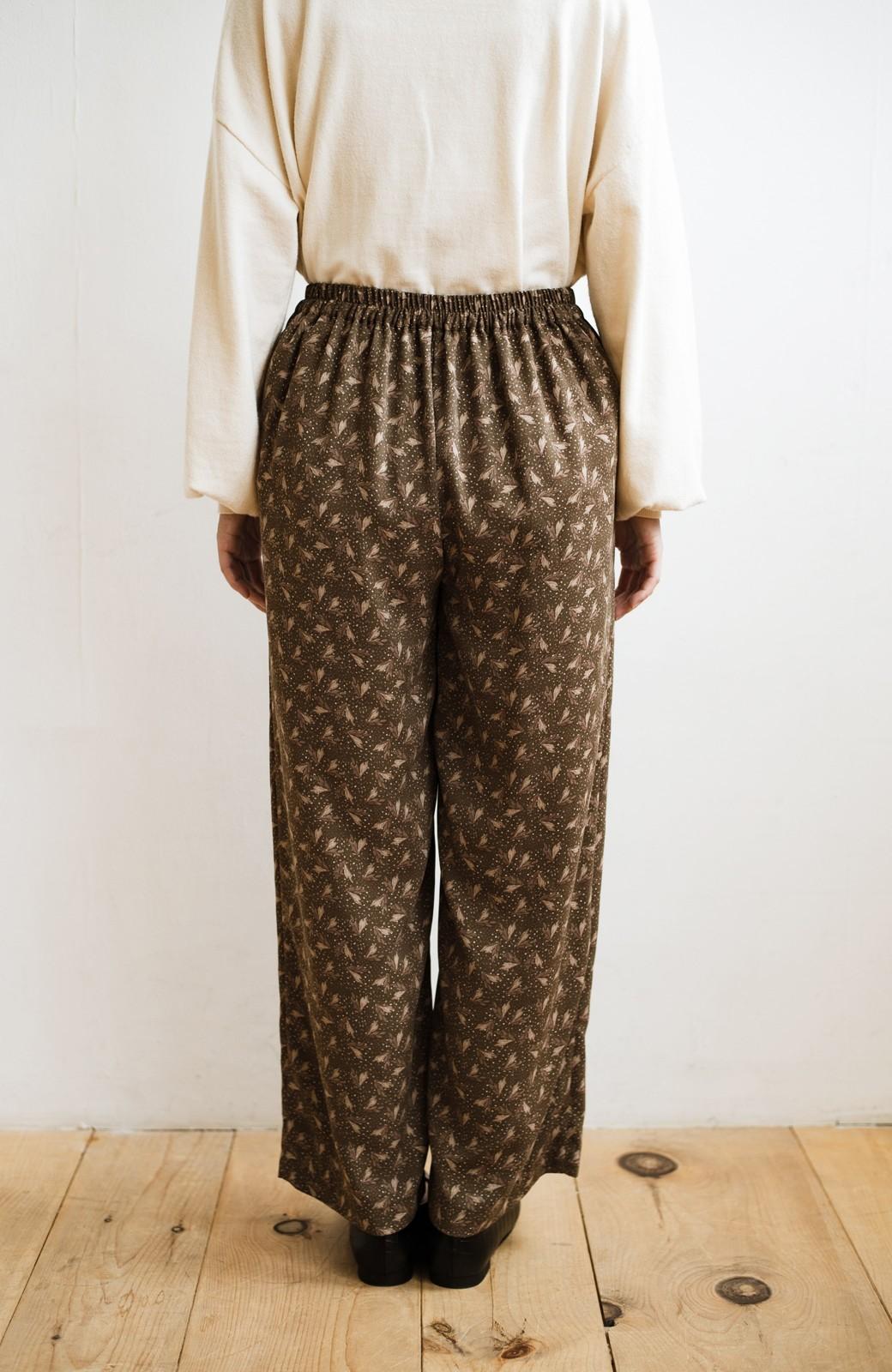 haco! 1枚でも重ね着でもパッと着映えする すっきりシルエットの大人の柄パンツ <ブラウン>の商品写真15