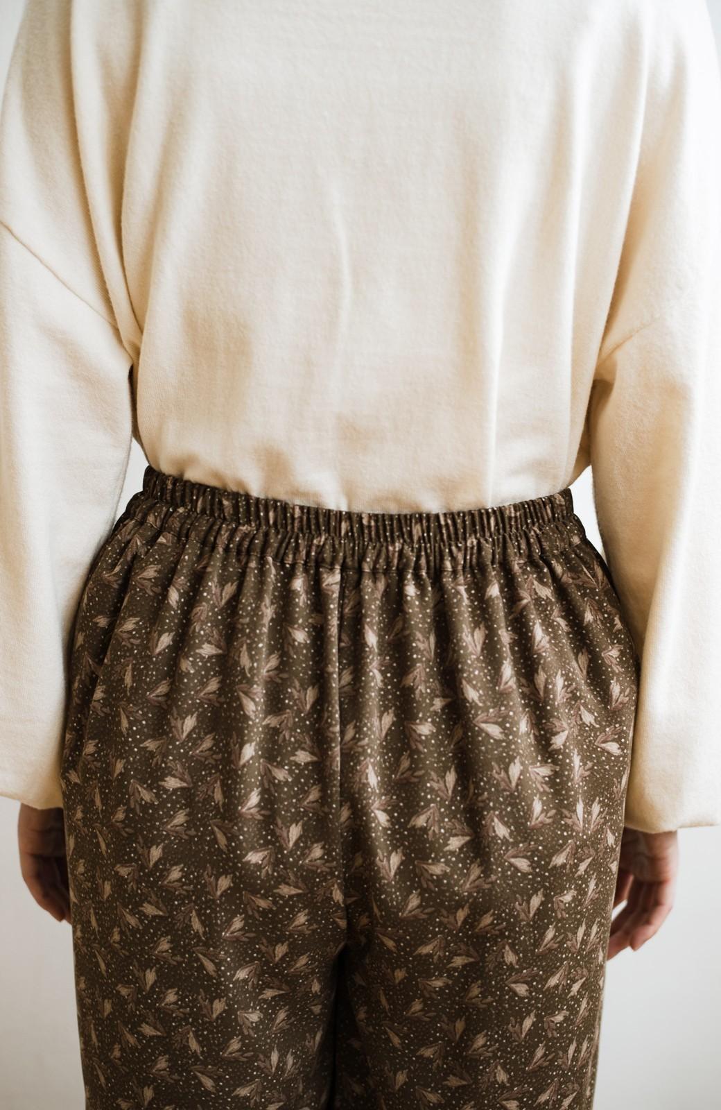 haco! 1枚でも重ね着でもパッと着映えする すっきりシルエットの大人の柄パンツ <ブラウン>の商品写真16