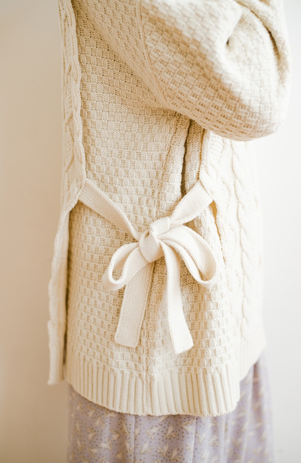 haco! 合わせやすいのに無難なコーデにならない!サイドリボンがかわいいケーブル編みニット <アイボリー>の商品写真3