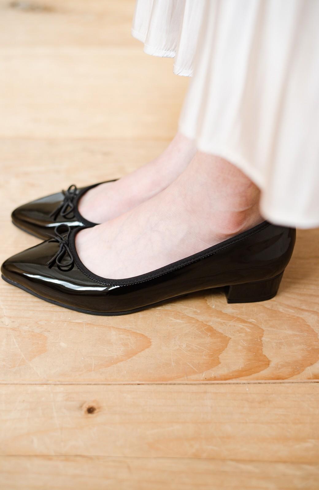 haco! ちょこっとヒールで歩きやすくスタイルアップも!どんなコーデとも似合う万能エナメルバレエシューズ <ブラック>の商品写真4