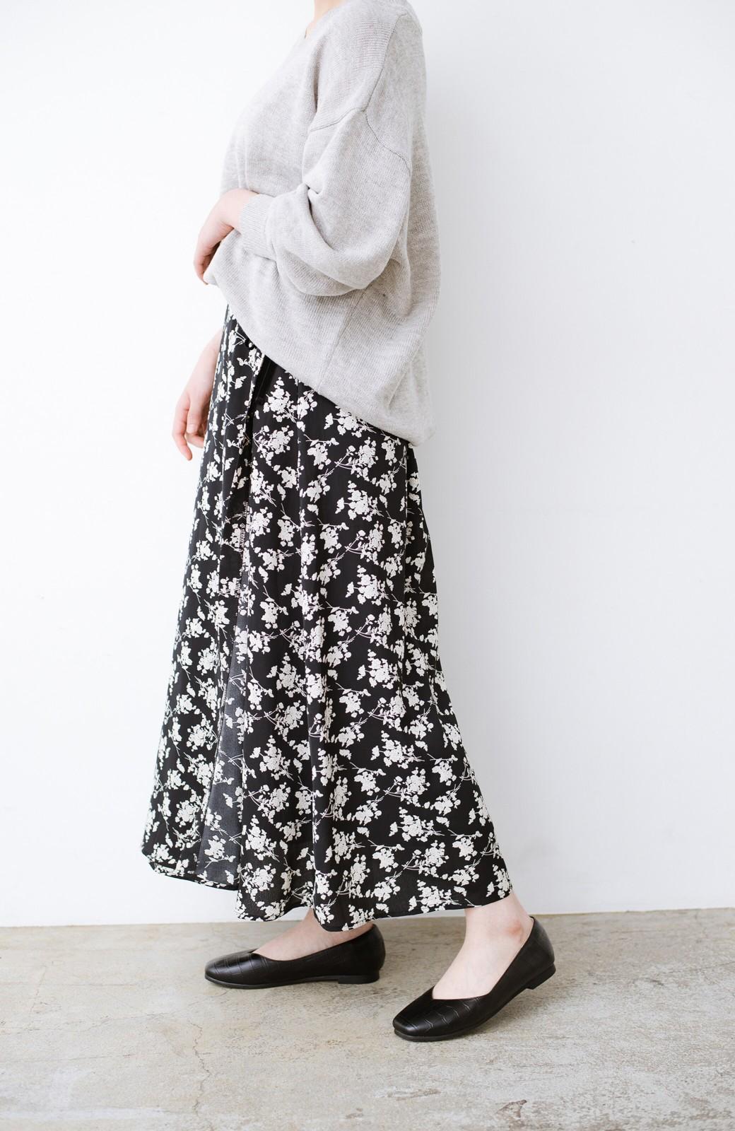 haco! シンプルトップスを合わせるだけで印象アップ間違いなしの花柄ロングフレアースカート <ブラック>の商品写真3