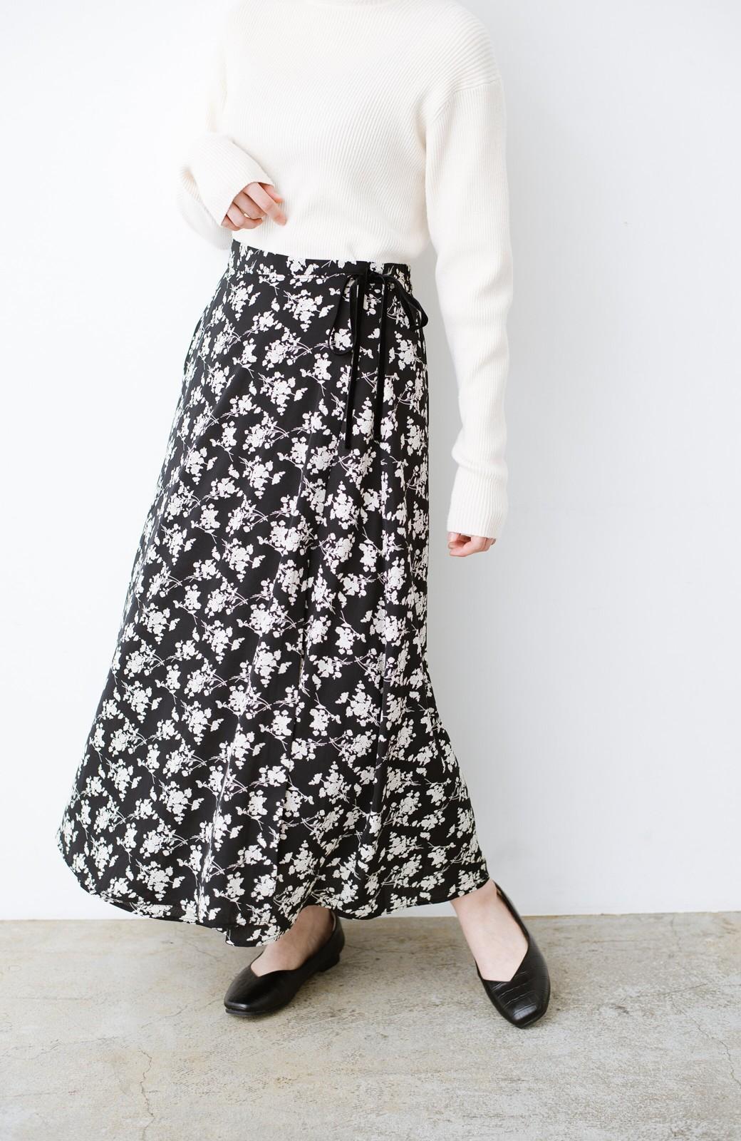 haco! シンプルトップスを合わせるだけで印象アップ間違いなしの花柄ロングフレアースカート <ブラック>の商品写真4