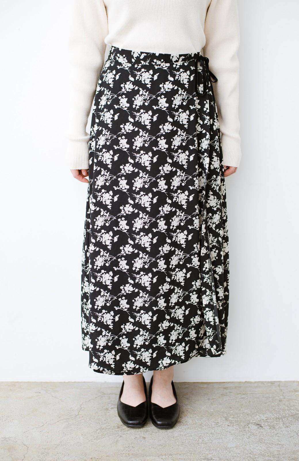 haco! シンプルトップスを合わせるだけで印象アップ間違いなしの花柄ロングフレアースカート <ブラック>の商品写真5