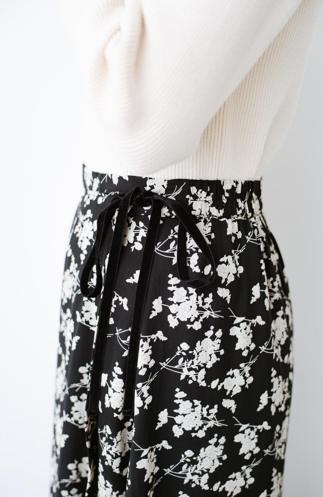 haco! シンプルトップスを合わせるだけで印象アップ間違いなしの花柄ロングフレアースカート <ブラック>の商品写真9