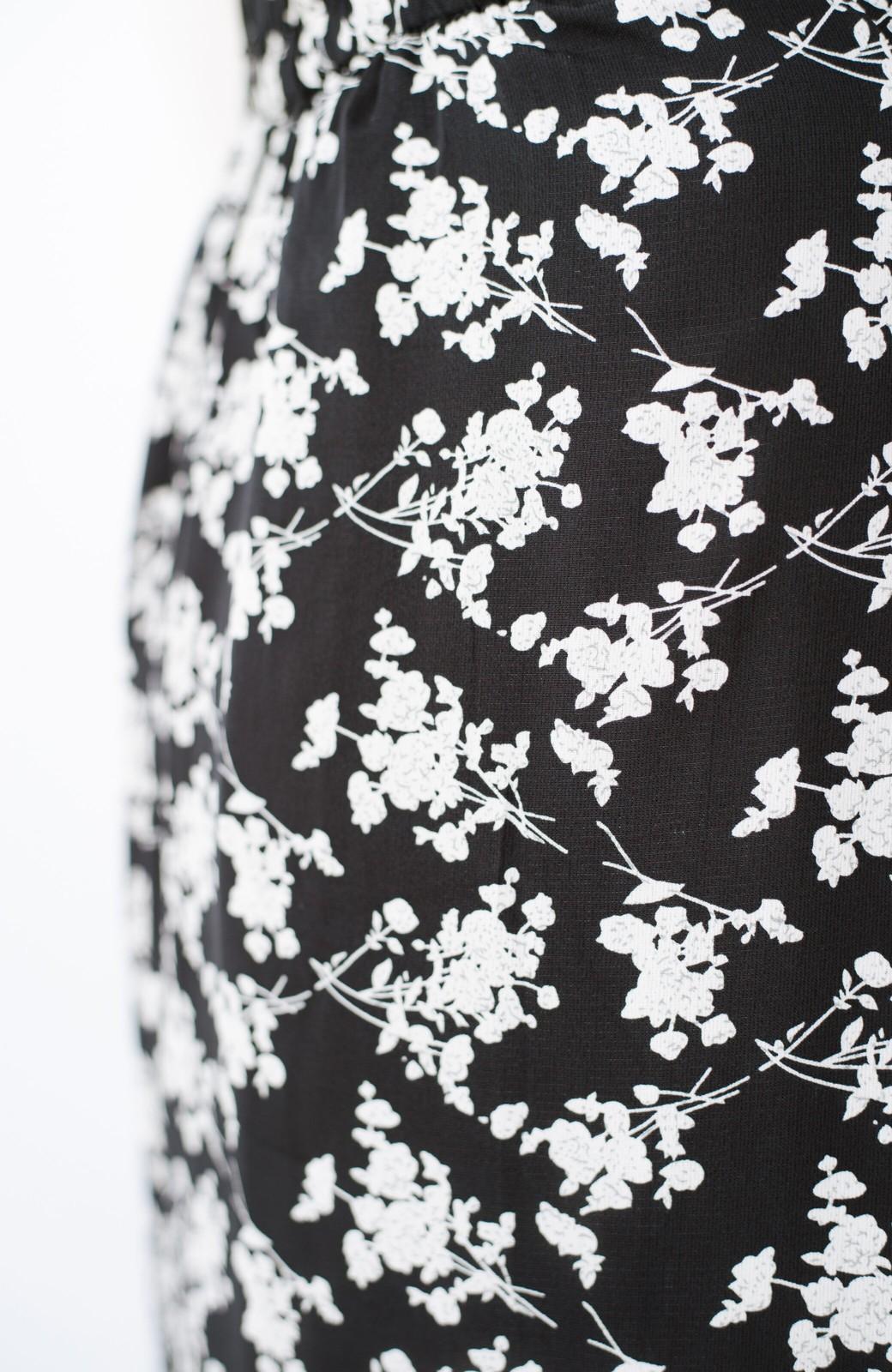 haco! シンプルトップスを合わせるだけで印象アップ間違いなしの花柄ロングフレアースカート <ブラック>の商品写真10