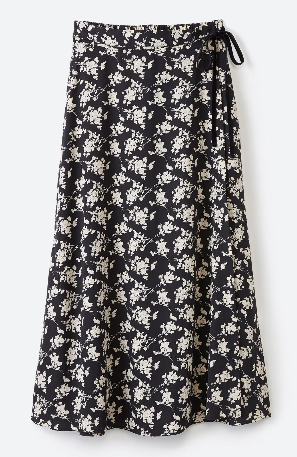 haco! シンプルトップスを合わせるだけで印象アップ間違いなしの花柄ロングフレアースカート <ブラック>の商品写真2