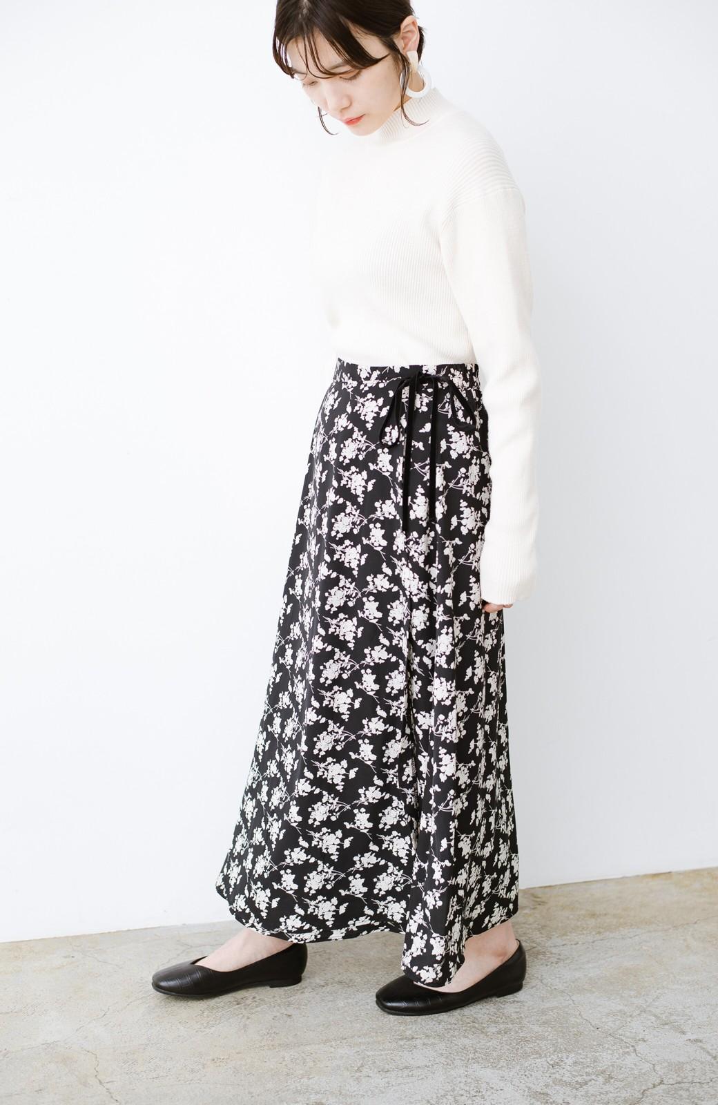 haco! シンプルトップスを合わせるだけで印象アップ間違いなしの花柄ロングフレアースカート <ブラック>の商品写真19
