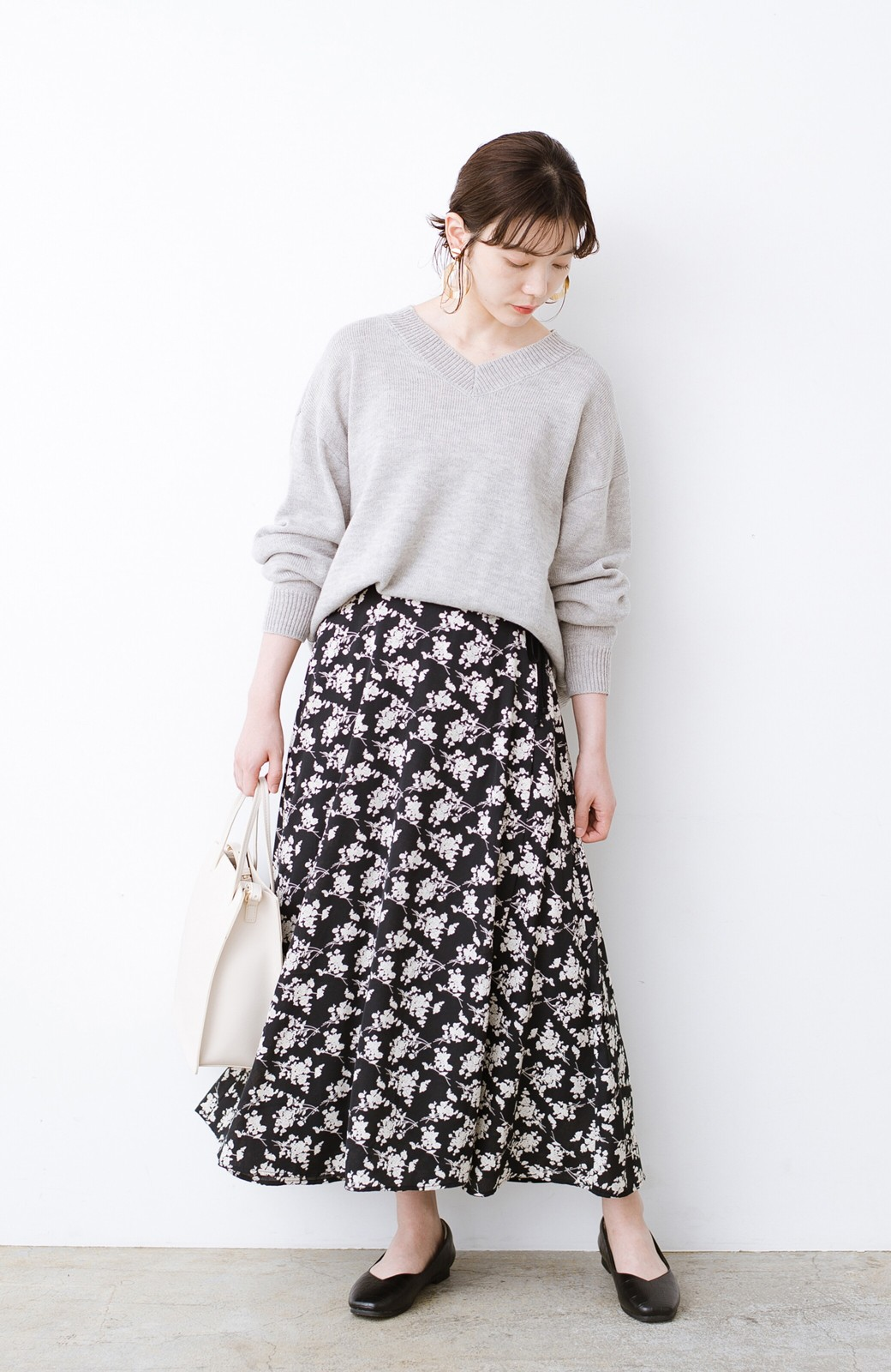 haco! シンプルトップスを合わせるだけで印象アップ間違いなしの花柄ロングフレアースカート <ブラック>の商品写真15