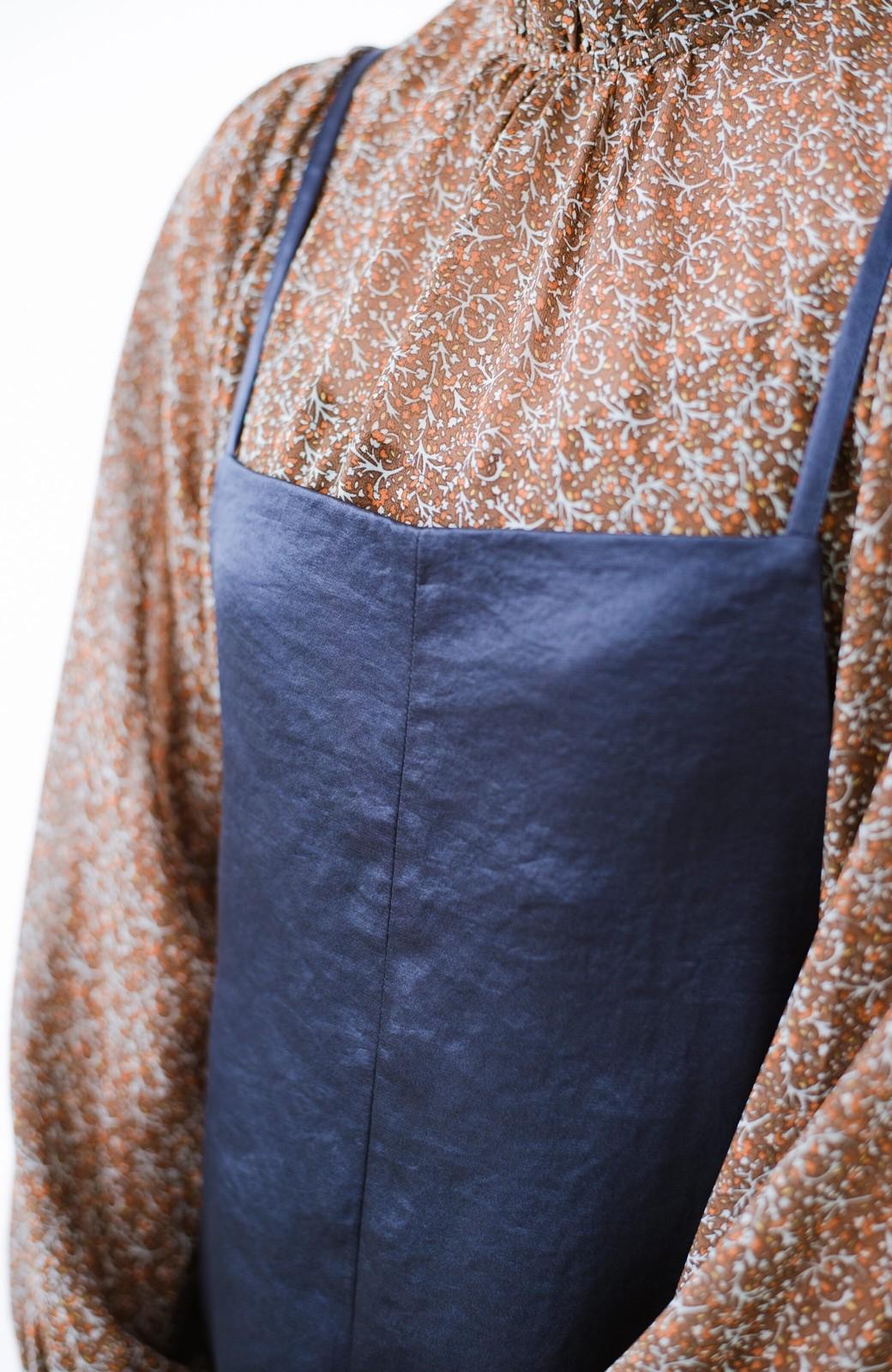 haco! サテン素材がパッと華やか&女っぽ!オールシーズン便利なサロペットパンツ <ネイビー>の商品写真5