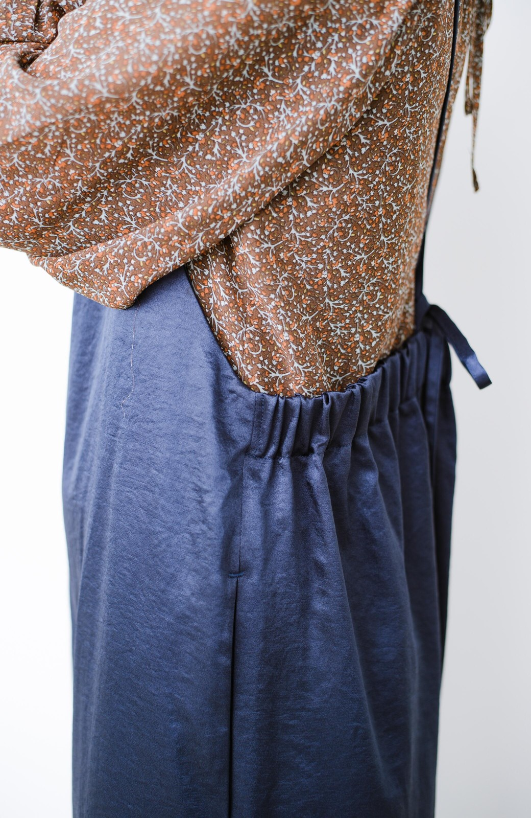 haco! サテン素材がパッと華やか&女っぽ!オールシーズン便利なサロペットパンツ <ネイビー>の商品写真6