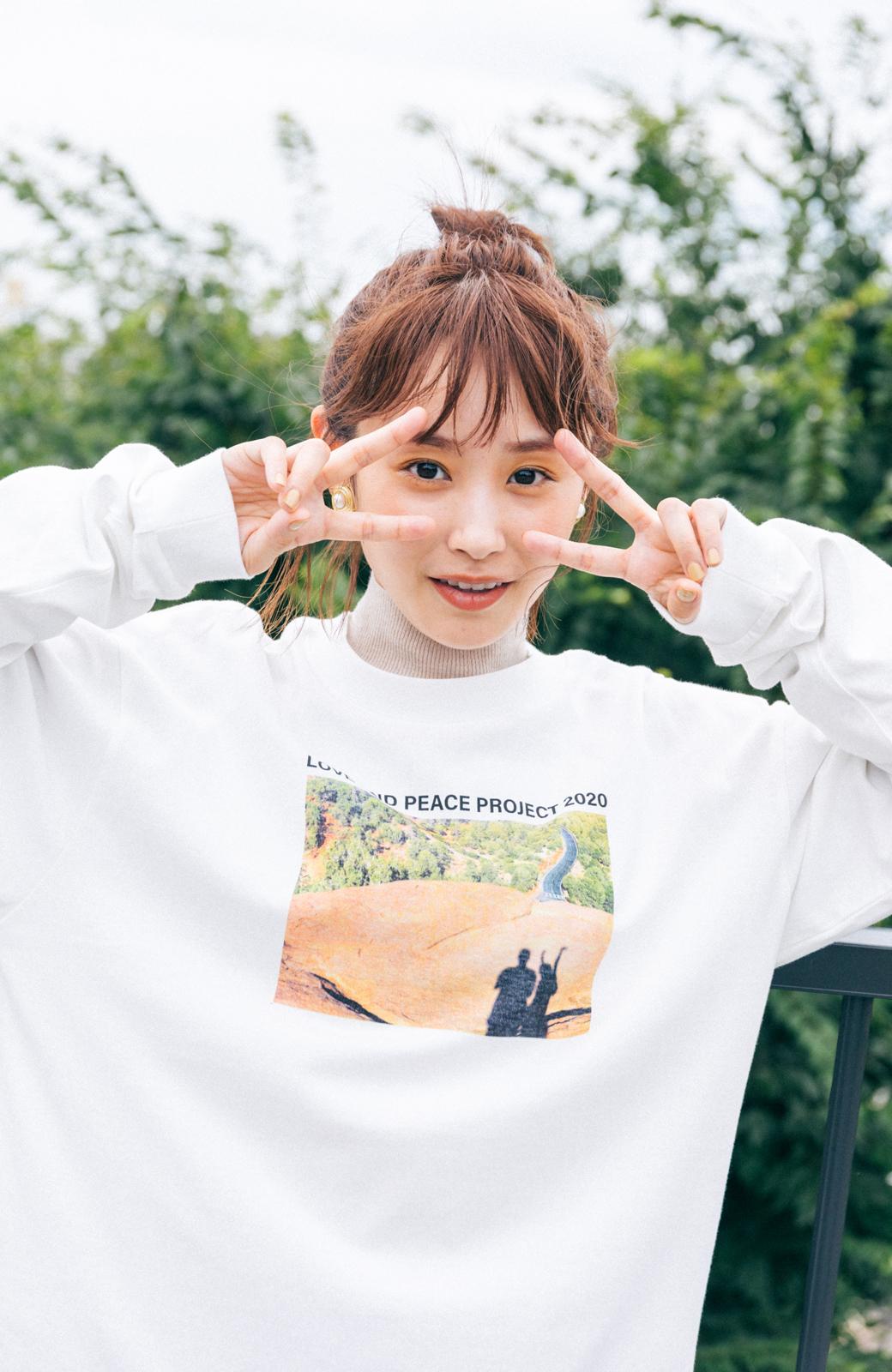 haco! 【高橋愛さんコラボ】フォトプリントのユニセックスロングTシャツ by LOVE&PEACE PROJECT + PBP  <ホワイト>の商品写真2