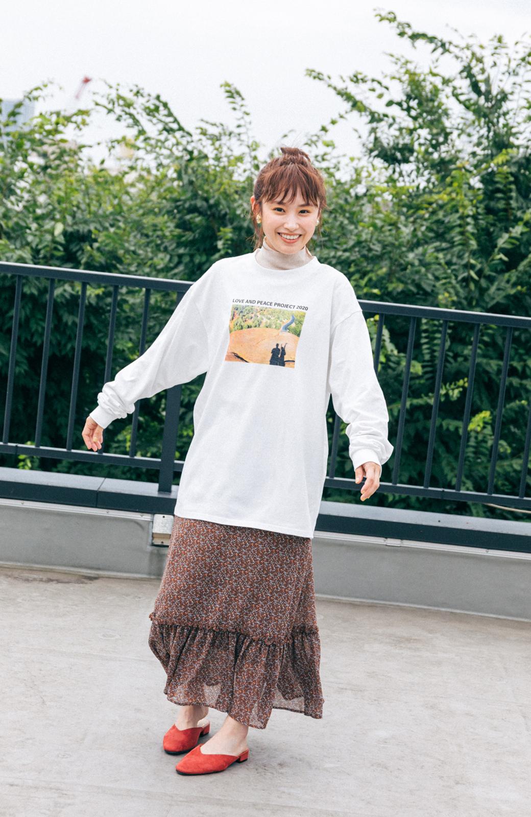 haco! 【高橋愛さんコラボ】フォトプリントのユニセックスロングTシャツ by LOVE&PEACE PROJECT + PBP  <ホワイト>の商品写真4