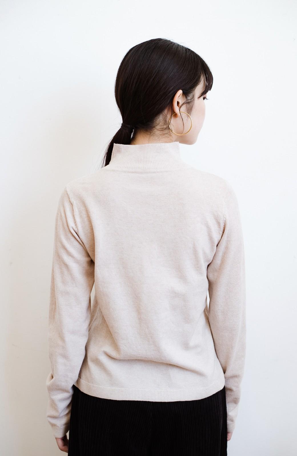 haco! 【高橋愛さんコラボ】本当に使えるニットを吟味! 重ね着に便利な刺繍入りハイネック&クルーネックニットトップス2枚セット by LOVE&PEACE PROJECT <ベージュ・ブラック>の商品写真22