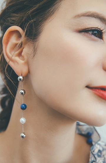 haco! 【スザンヌさんコラボ】チェーンがつなぐラピスラズリを使ったボールロングイヤアクセサリー by LOVE&PEACE PROJECT <ブルー>の商品写真