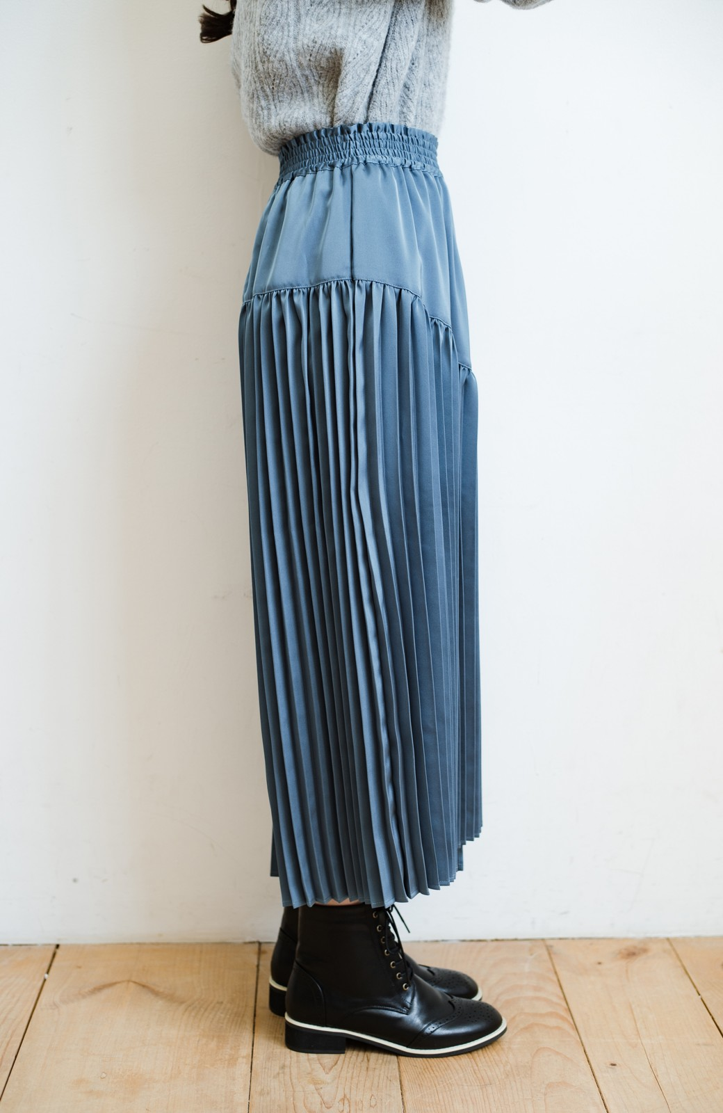 haco! 【スザンヌさんコラボ】スウェットもTシャツも着映えさせる!ラップデザイン風アシンメトリーサテンプリーツスカート by LOVE&PEACE PROJECT <ブルー>の商品写真12