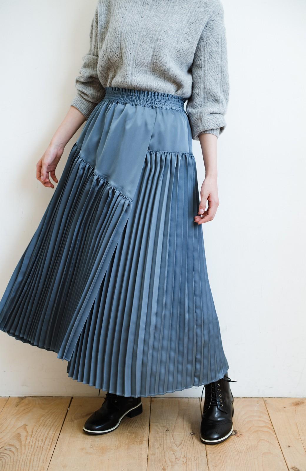 haco! 【スザンヌさんコラボ】スウェットもTシャツも着映えさせる!ラップデザイン風アシンメトリーサテンプリーツスカート by LOVE&PEACE PROJECT <ブルー>の商品写真1