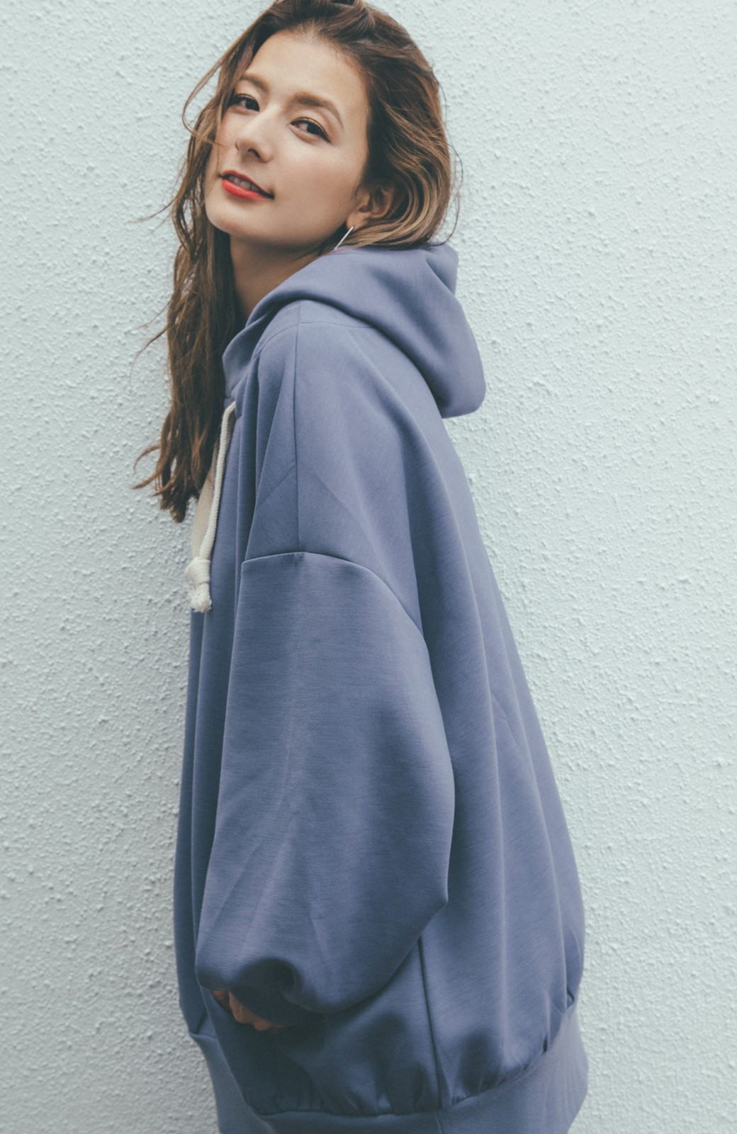 haco! 【スザンヌさんコラボ】オーバーサイズが華奢見せさせる 大人女子のためのスウェット風ビッグパーカー by LOVE&PEACE PROJECT <ラベンダー>の商品写真3
