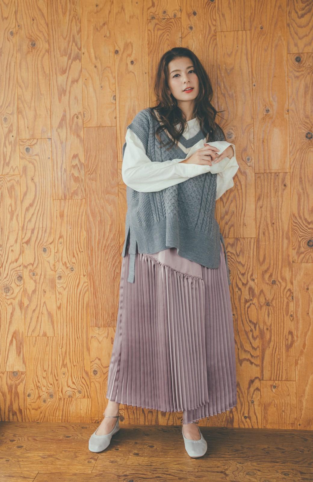 haco! 【スザンヌさんコラボ】スウェットもTシャツも着映えさせる!ラップデザイン風アシンメトリーサテンプリーツスカート by LOVE&PEACE PROJECT <スモークピンク>の商品写真5