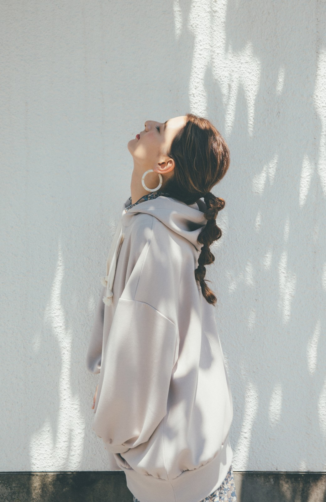 haco! 【スザンヌさんコラボ】オーバーサイズが華奢見せさせる 大人女子のためのスウェット風ビッグパーカー by LOVE&PEACE PROJECT <ライトグレー>の商品写真7