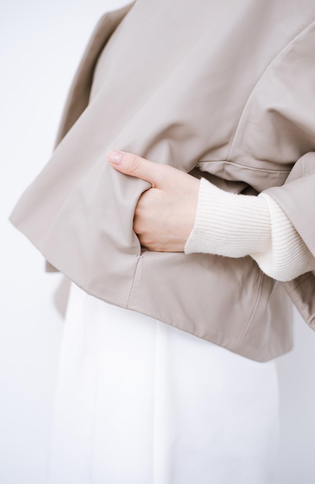 haco! BOLSISTA パッと羽織って大人かっこいいノーカラーレザージャケット <グレイッシュベージュ>の商品写真4