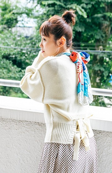 haco! 【高橋愛さんコラボ】バックリボンのクロップドニットプルオーバー by LOVE&PEACE PROJECT <アイボリー>の商品写真