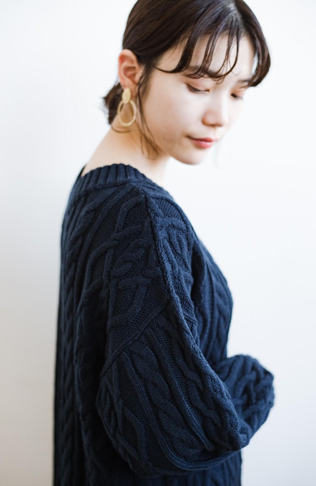 haco! パッと着て絶妙に女っぽい 重ね着にも便利なケーブルニットワンピース <ネイビー>の商品写真5