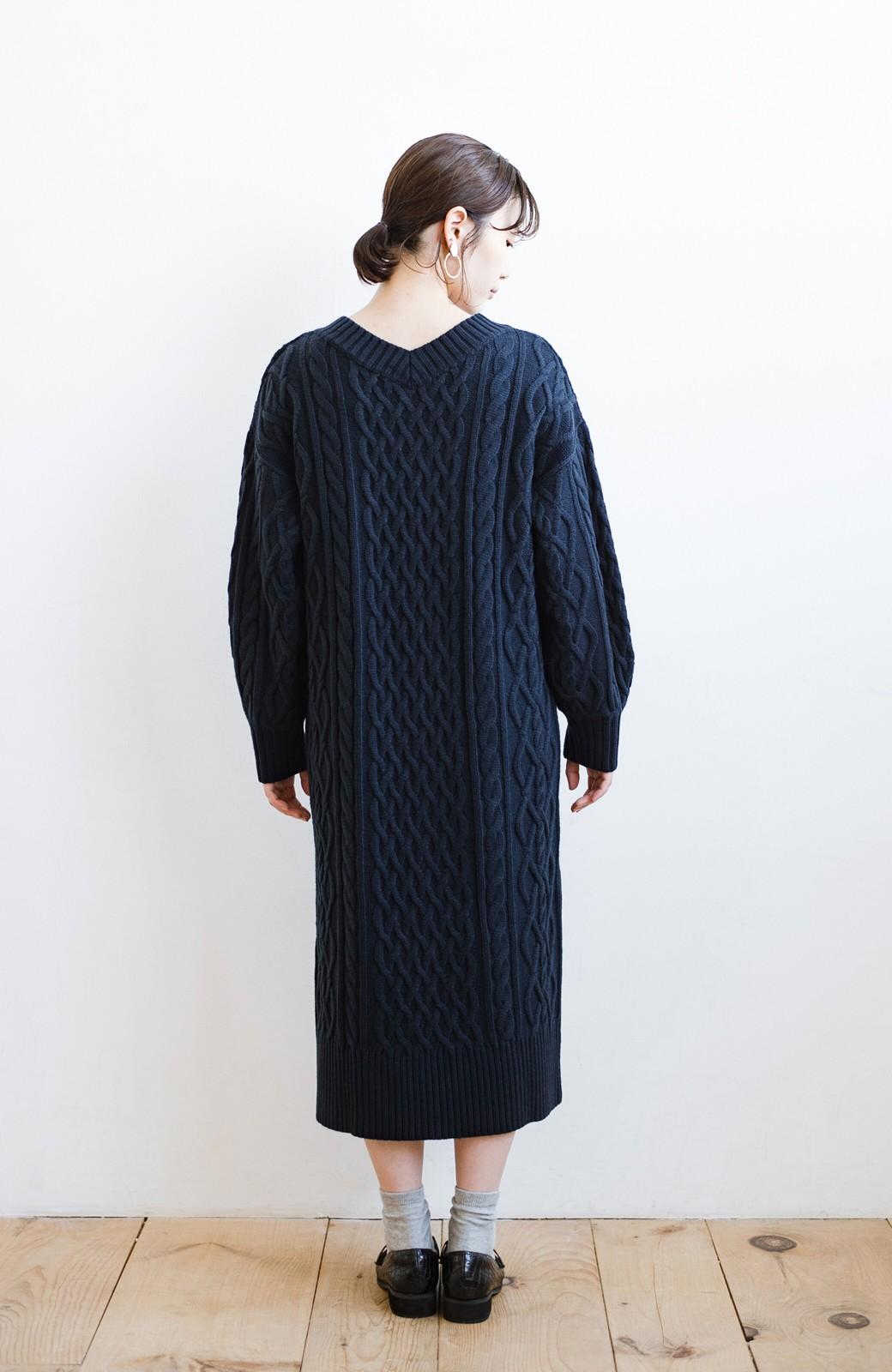 haco! パッと着て絶妙に女っぽい 重ね着にも便利なケーブルニットワンピース <ネイビー>の商品写真20