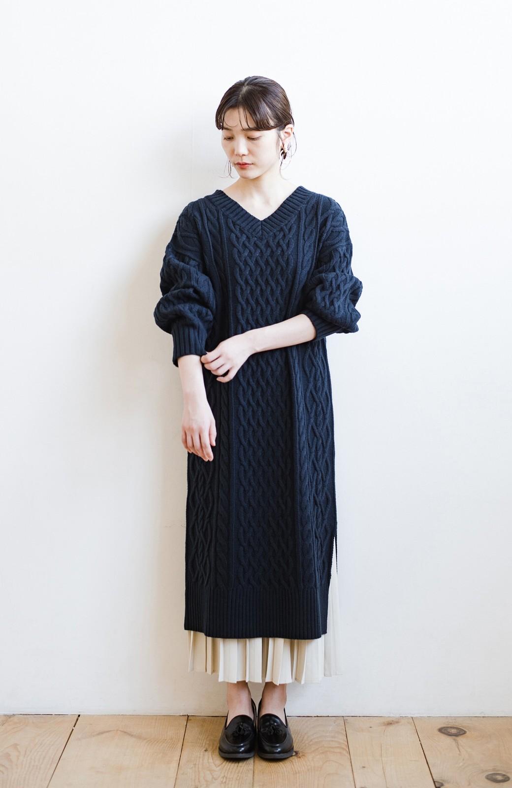 haco! パッと着て絶妙に女っぽい 重ね着にも便利なケーブルニットワンピース <ネイビー>の商品写真17